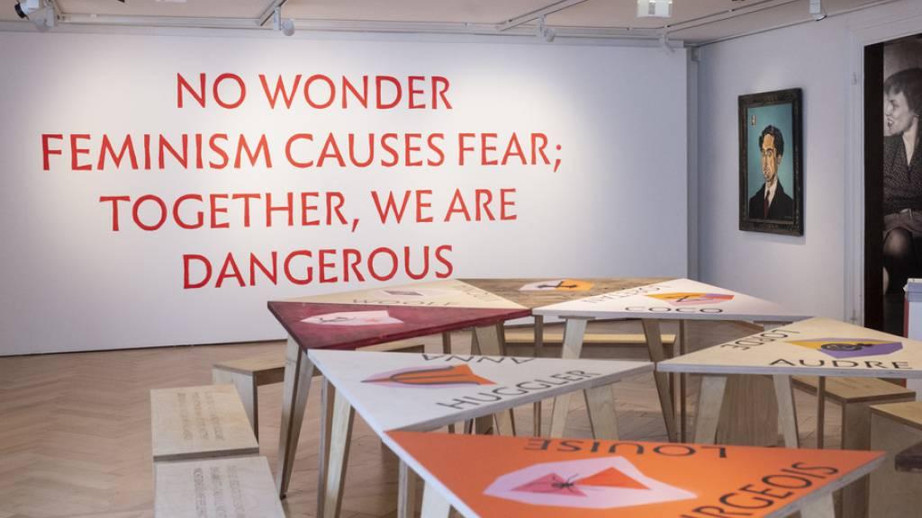 Die letzte Station der Ausstellung «Iris von Roten - Frauen im Laufgitter» in Zürich: ein Tisch, der die Komplizinnen versammelt - Frauen aus unterschiedlichen Zeiten, Ländern und Kulturen, die für ihre Forderung nach Gleichberechtigung eingetreten sind.