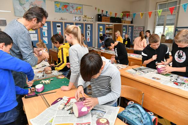 Räbeliechtli schnitzen der Klasse 6A bei Lehrer Jean-Michel Gutknecht im Schulhaus 1888 Schönenwerd.