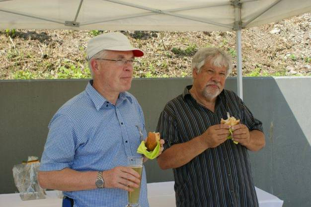 Ueli Urwyhler (links) und IG pro-Steg-Präsident Peter Scholer geniessen den Apéro