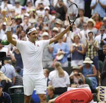 Roger Federer lässt sich von seinen Fans nach dem Sieg feiern.