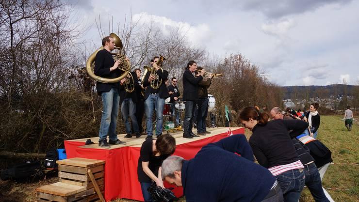 Zur Livemusik der Berner Band Traktorkestar arbeitet es sich gleich viel leichter