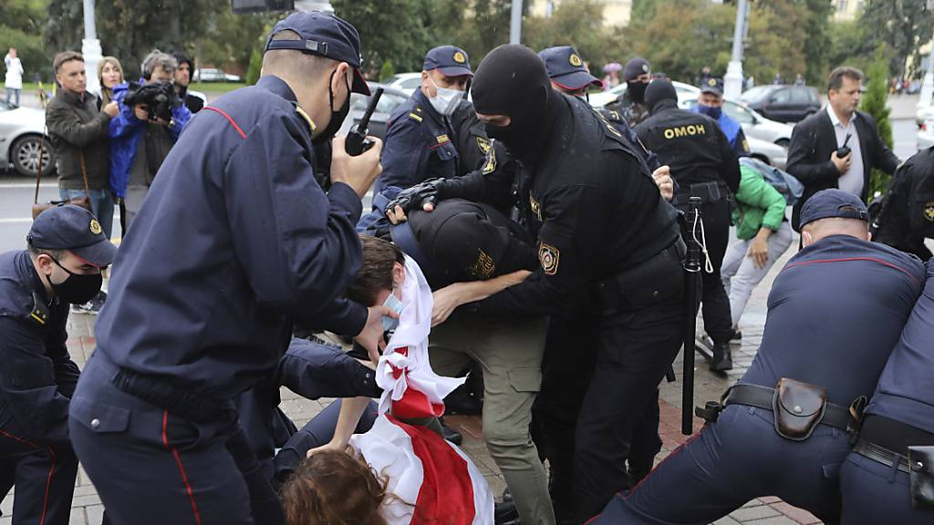 Polizisten nehmen bei einem Protest in der belarussischen Hauptstadt Minsk einen Demonstranten fest. Foto: Uncredited/AP/dpa