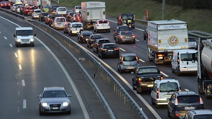 Stau beim Gubristtunnel Richtung Bern. (Archivbild)