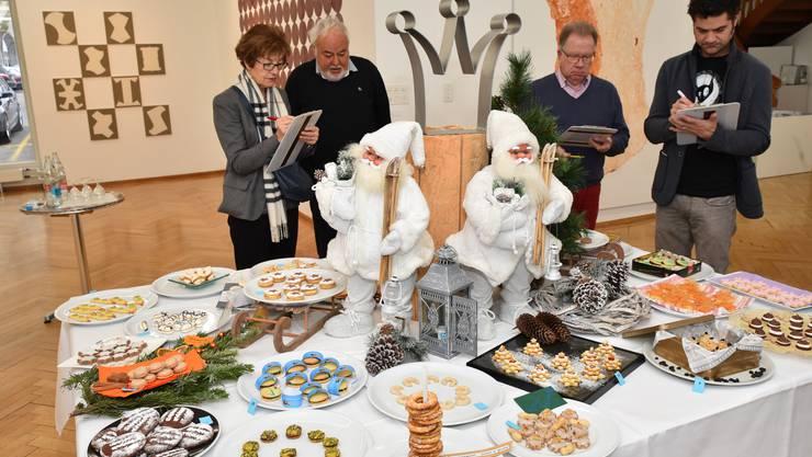 Die Juroren des Guetzli-Wettbewerbs bei der Arbeit im Kunstmuseum Olten.