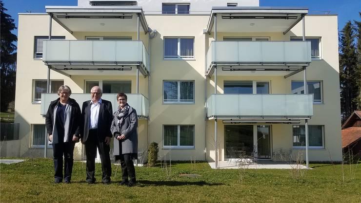Barbara Rutishauser (Leitung Pflegedienst, v.l.), Hans Schärer (Präsident der Stiftung Dankensberg) und Monika Zimmermann (Institutionsleitung) vor dem Mehrfamilienhaus.sga