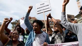 """Personen verschiedener Organisationen demonstrieren unter dem Motto """"Zwischen uns keine Grenzen"""" für Sans-Papiers und gegen Ausgrenzung und Rückschaffungen von Asylanten. Symbolbild von 2018."""