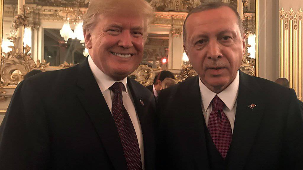 Der türkische Präsident Recep Tayyip Erdogan (rechts) will US-Präsident Donald Trump von der Richtigkeit seines Waffendeals mit Russland überzeugen. (Archivbild)