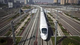 Ein Hochgeschwindigkeitszug startet in Peking (Archiv)