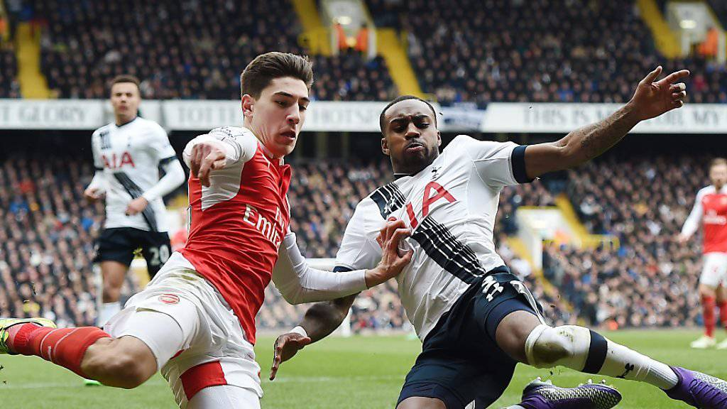 Tottenhams Danny Rose (rechts) und Arsenals Hector Bellerin grätschen im berüchtigten Nordlondoner Derby nach dem Ball