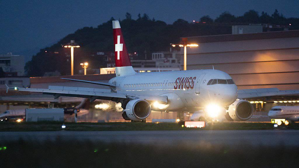 Mit den Flugpreisen soll es gemäss einer Studie 2020 nach oben gehen: Eine Maschine der Swiss auf dem Flughafen Zürich-Kloten (Archivbild).