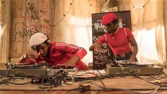 Die Geburtsstunde des Hip-Hops: Grandmaster Flash (Mamoudou Athie, links) zeigt Zögling Shaolin (Shameik Moore) die richtigen Kniffe am Turntable.