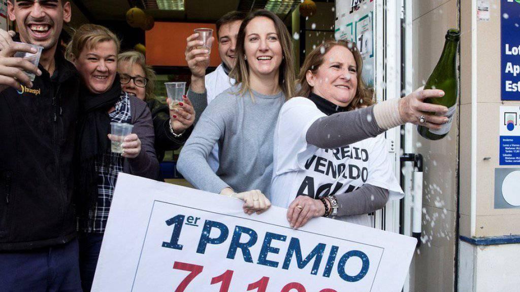 """Strahlende Lotteriegewinner am Freitag in Malaga - der Hauptgewinn - """"El Gordo"""", der Dicke, genannt - entfiel auf die Lose mit der Nummer 71198."""
