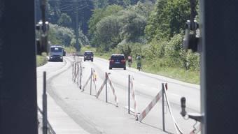 Velofahrer sind neben der Baustelle gefährdet.