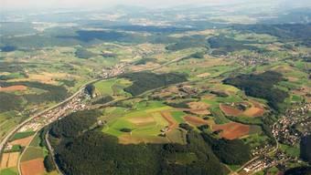 Die mögliche Fusionsgemeinde «Oberes Fricktal» erstreckt sich entlang der Autobahn von Hornussen über Bözen nach Effingen und umfasst auch Elfingen (oben links). Flächenmässig wäre sie dann die grösste Gemeinde im Kanton Aargau. ZVG