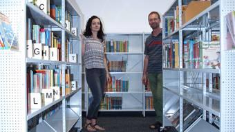 Manuela Diemer und Roland Hochstrasser an ihrem neuen Arbeitsort, der Jugendbibliothek im Oltner Stadthaus.
