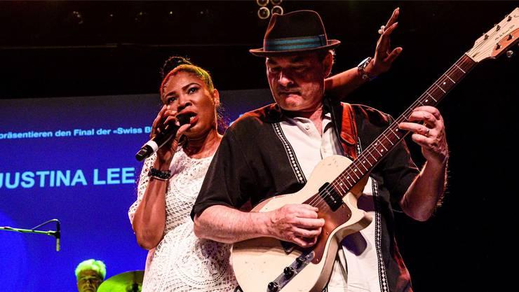 Justina Lee Brown und Nic Niedermann bei ihrem Auftritt an der Swiss Blues Challenge in Basel.
