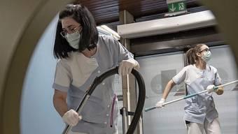 Einige Auftraggeber von Reinigungsfirmen buchten wegen Corona mehr Reinigungs- und Desinfektionsarbeiten.