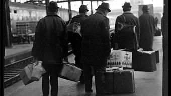 Italienische Gastarbeiter 1970 vor der Heimreise im Basler Bahnhof SBB.