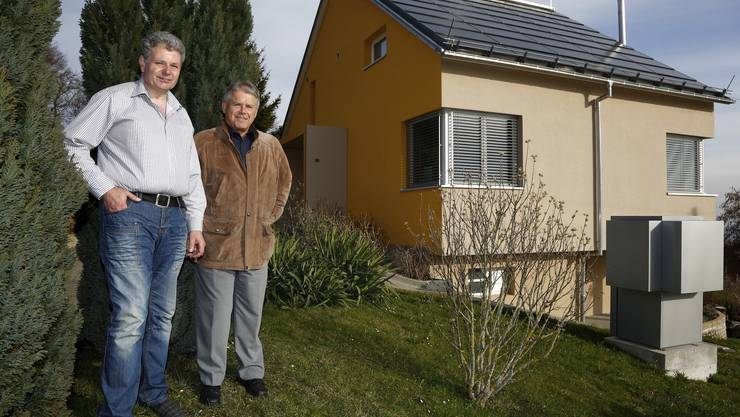 Architekt Eugen Elgart (r.) steht mit Rolf Röthlisberger im Garten vor dessen Minergie-Haus im Günsberger Oberdorf.