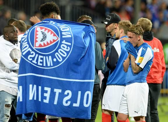 Holstein Kiel am Boden: Sie spielen auch nächste Saison in der zweiten Bundesliga.