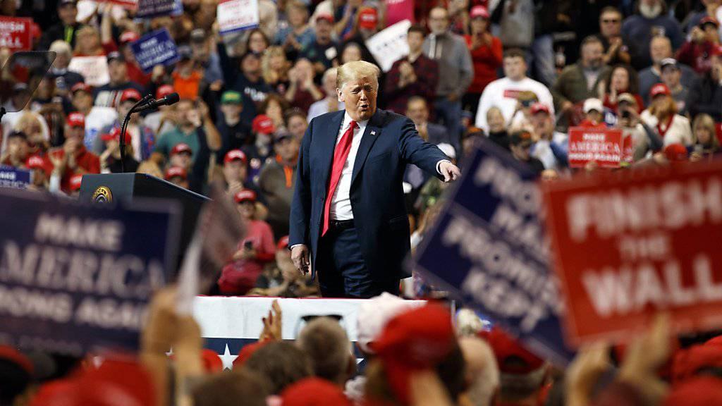 """US-Präsident Donald Trump  warnt seine Anhänger in Cleveland, Ohio, vor einem """"sozialistischen Alptraum"""", sollten die oppositionellen Demokraten die Zwischenwahlen gewinnen. (Foto:Carolyn Kaster/AP)"""