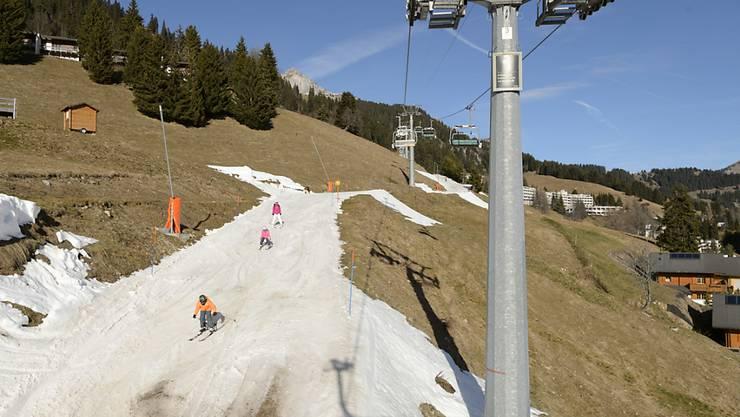 Ein weisser Streifen im Grün: Skifahrer wie hier an Heiligabend in Leysin VD müssen weiterhin mit Kunstschnee vorliebnehmen.