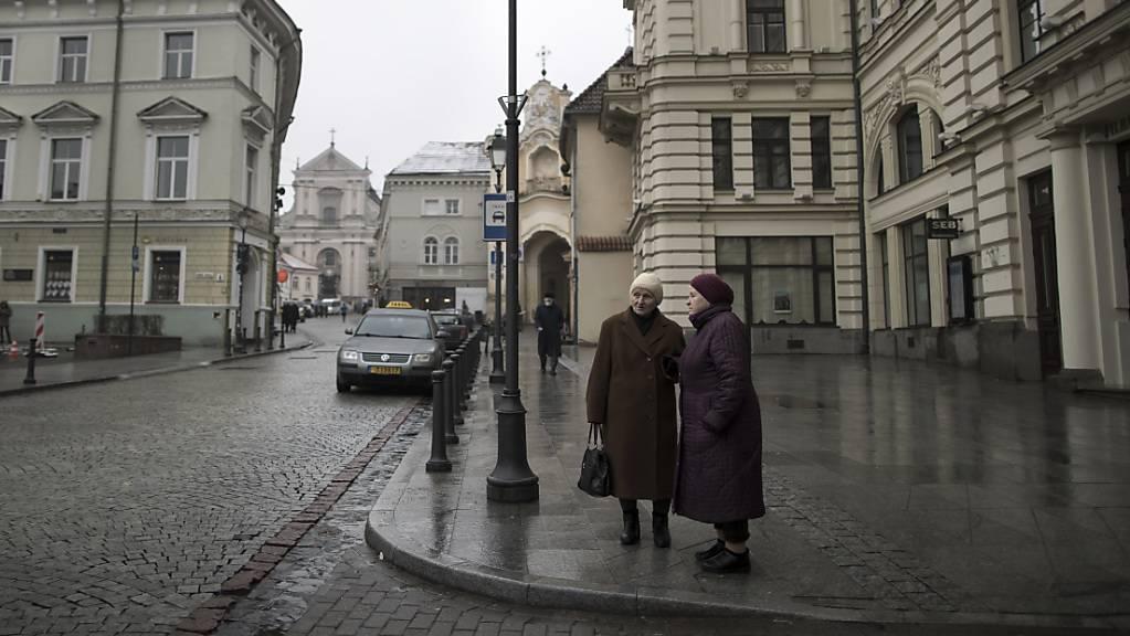Zwei Frauen sprechen miteinander in der Altstadt der litauischen Hauptstadt Vilnius. (Archivbild)
