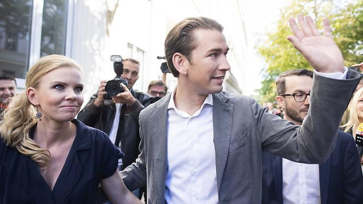 ÖVP-Chef Sebastian Kurz hat gut lachen: Seine Partei gewinnt die Parlamentswahl in Österreich nach Hochrechnungen klar.