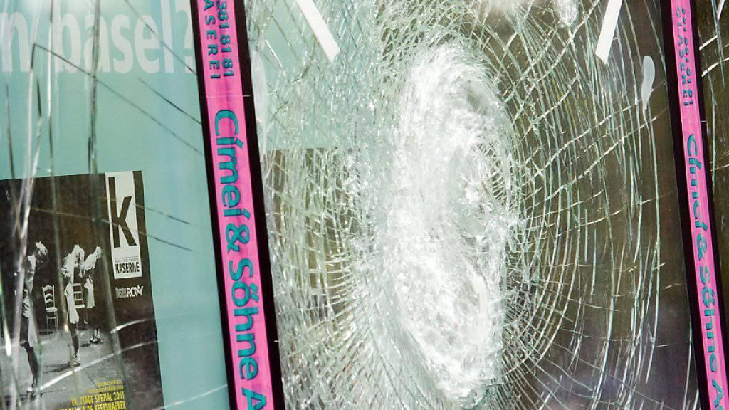 «Was ist los in Basel?», steht auf dieser beschädigten Fensterscheibe - in der Nacht auf Samstag kam es erneut zu Ausschreitungen und Sachbeschädigungen in der Basler Innenstadt. (Archivbild)