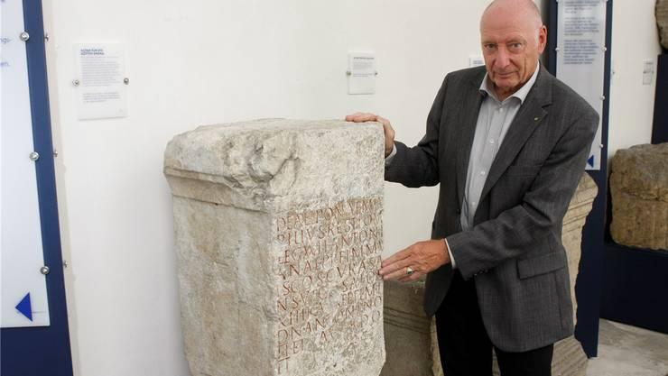 Der Präsident der Solothurner Steinfreunde, Dieter Bedenig, mit dem Epona-Stein. (Archiv)