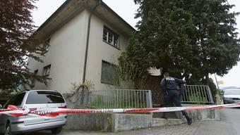 Ein Polizist sichert 2013 in Spiez den Tatort. (Archivbild)