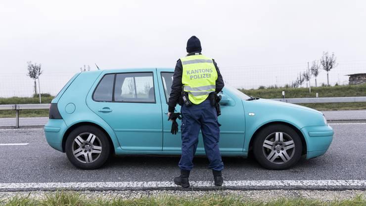 November 2019: Polizistinnen kontrollieren im Rahmen der Anti-Einbruch-Aktion der Kantonspolizei Aargau ein Fahrzeug bei der Autobahnausfahrt Aarau West.