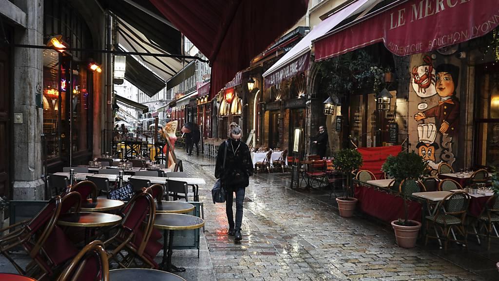 In Paris schließen die Bars wegen der Corona-Lage für zwei Wochen. Foto: Laurent Cipriani/AP/dpa