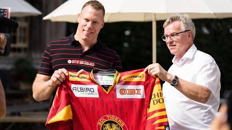 Peter Jakob (rechts), Präsident der SCL Tigers, sendet Alarmsignale
