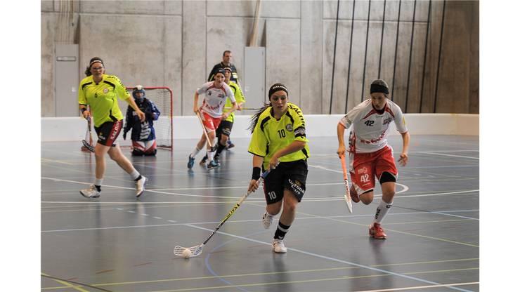 Unihockey Basel Regio gegen Red Lions Frauenfeld in Pratteln im Kuspo.Luana Mistri zieht der nachsetzenden Fabienne Riner davon.