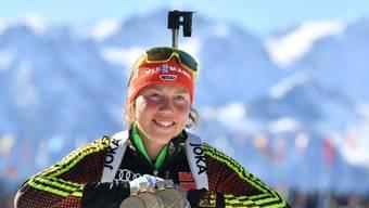 Laura Dahlmeier mit dem Medaillensegen aus Hochfilzen: 5mal Gold, 1 mal Silber.