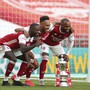 Pierre-Emerick Aubameyang (Mitte) bleibt Arsenal erhalten