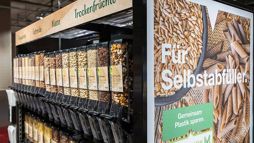 Migros führt Abfüllstationen für Teigwaren, Trochenfrüchte oder Frühstücksflocken ein.