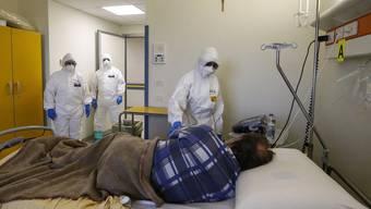 Am Krankenbett in einem Römer Spital: In Italien gehen die Neuerkrankungen zurück, doch die Lage bleibt angespannt.