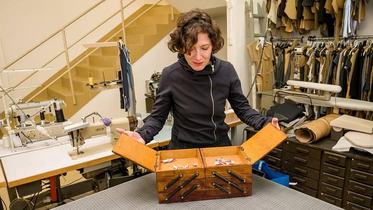 Zurück zu den Wurzeln: unser Nähkästchen im Atelier der Basler Designerin Claudia Güdel. Sie hat den Begriff «Lohn» herausgefischt.