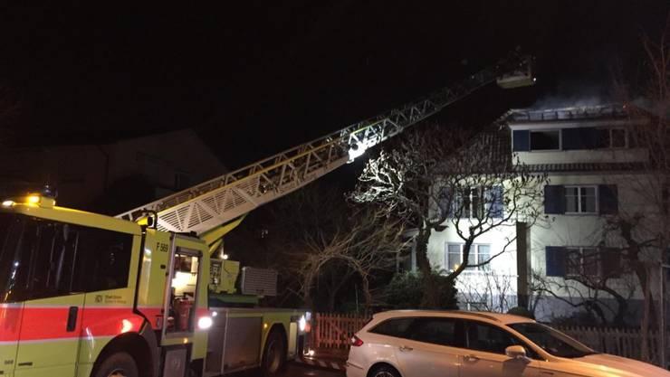 Feuerwehreinsatz im zürcherischen Opfikon: Ein Brand zerstörte mehrere Wohnungen in einem Mehrfamilienhaus.