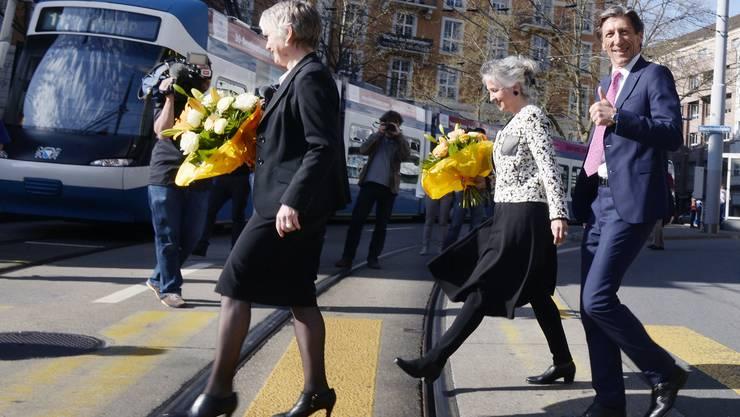 auf dem Weg zum Fototermin nach den Wahlen in Zürich am Sonntag, 12. April