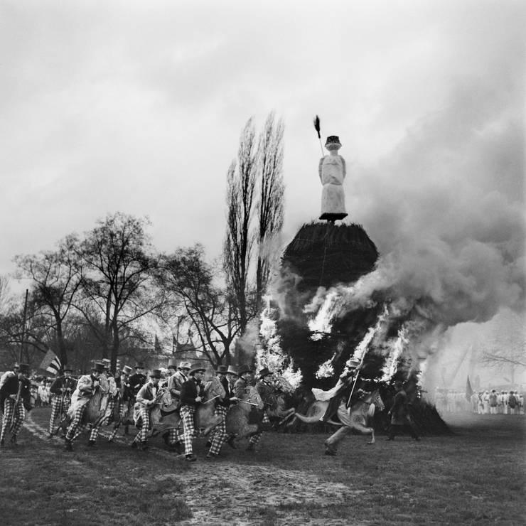 Wegen der Maul- und Klauenseuche reitet die Schneiderzunft 1965 auf Holztieren um den Böögg.