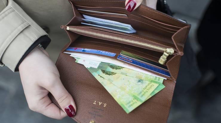 Endlich ist sie da, aber noch nicht überall erhältlich: Die neue 50er-Note gibts unter anderem an den Schaltern der Nationalbank in Bern und Zürich, bei vielen Filialen von Raiffeisen, UBS und Credit Suisse sowie an den Schaltern der Kantonalbanken in Bern, Schwyz, Luzern und Baselland.