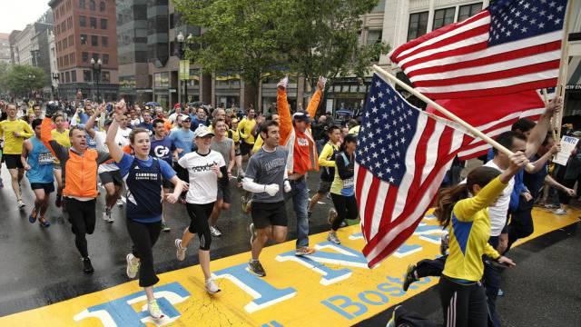 Teilnehmer überqueren die Ziellinie des Bostoner Marathons