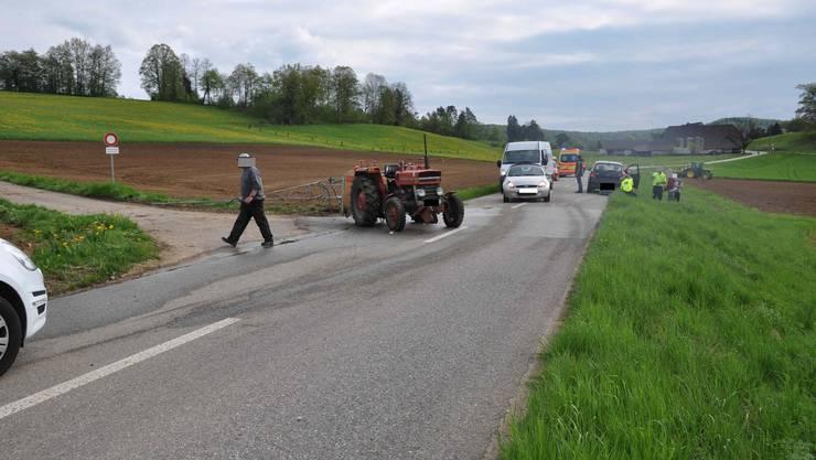 Der Traktor wurde durch die Kollision gedreht - sein Fahrer blieb unverletzt, im Gegensatz zur Lenkerin des Personenwagens.