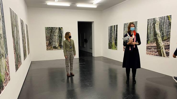 Susanne König  (links) und Katharina Ammann im Raum von Georg Aerni.