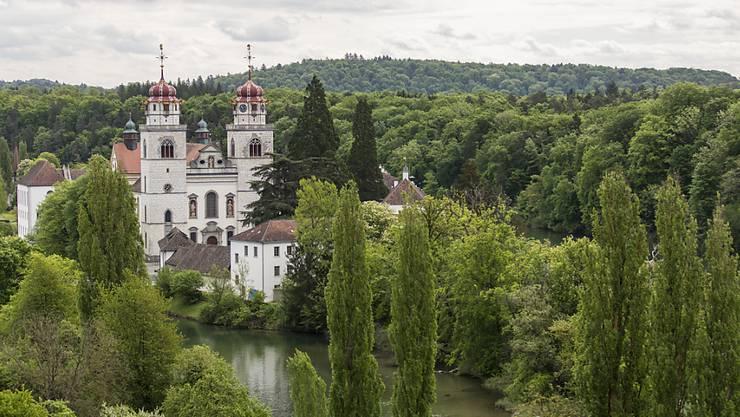 Blick auf das Kloster Rheinau: Die Zürcher Gemeinde an der Grenze zu Deutschland will einen Versuch für ein bedingungsloses Grundeinkommen unterstützen. (Archivbild)