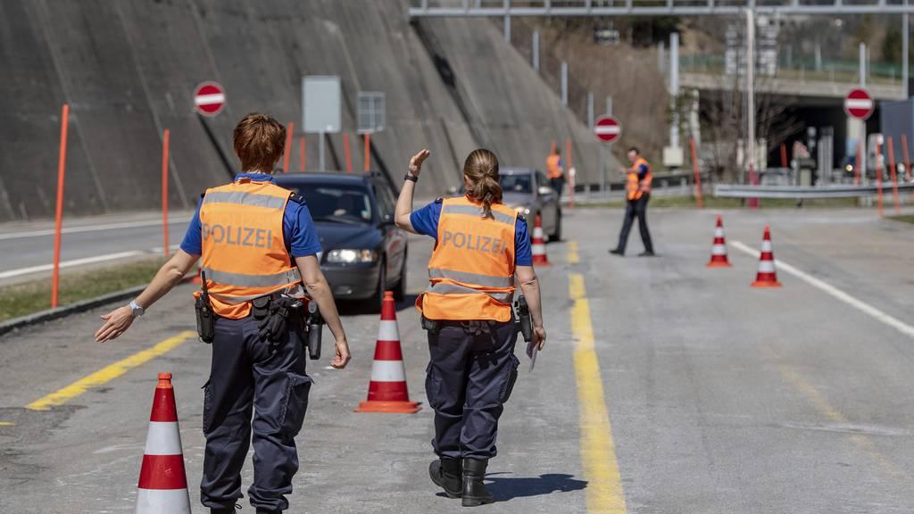 An Ostern werden alle Autos vor dem Gotthard kontrolliert