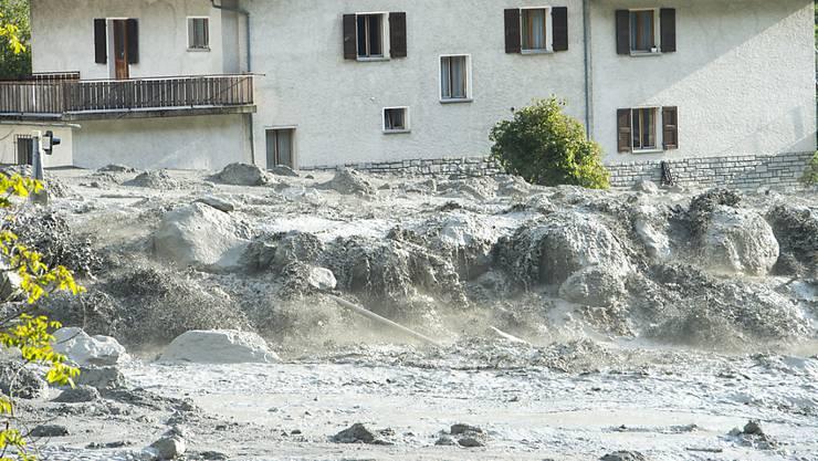 Ein Bergbach verwandelte den Bergsturz in einen gewaltigen Murgang. Dieser streifte Bondo und überspülte die Hauptstrasse des Bergells.
